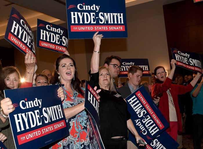 Сторонники республиканского сенатора Синди Хайд-Смит после выборов в г.Джексон, штат Миссисипи, США, 06 ноября 2018.