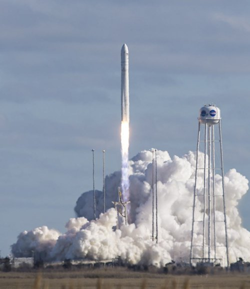 Пуск ракети-носія «Антарес» з космодрому Воллопс (США). Основну конструкцію першого ступеня розроблено КБ «Південне» та виготовлено ПІВДЕНМАШем.