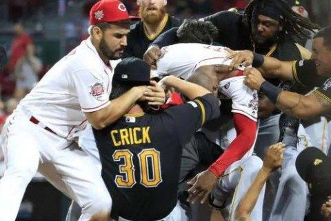 Під час бейсбольного матчу принципових суперників відбулася масова бійка