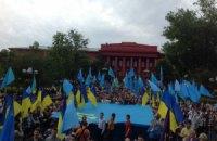 В Киеве развернули самый большой в Украине крымскотатарский флаг