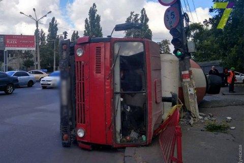 В Одесі на Люстдорфській дорозі перекинулася бетономішалка
