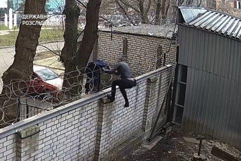 Экс-нардеп перелезла в ГБР через забор и хотела бросить телефон в Бабикова