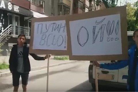 В Харькове у генконсульства РФ активисты устроили символические похороны Путина