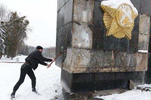 Неизвестные воЛьвове разбили плиты иобрисовали памятник славы