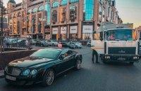 В Киеве на Бессарабке столкнулись военный грузовик и элитная легковушка