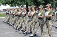 Міністр оборони заявив, що для маршу жінок-військових на параді розробили нові туфлі зі шнурками та на нижчих підборах