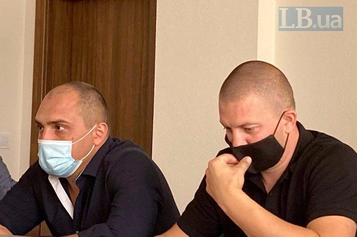 Обвинувачені екс-співробітники «Беркуту» Сергій Тамтура (у білі масці та Олександр Маринченко (у чорній масці)