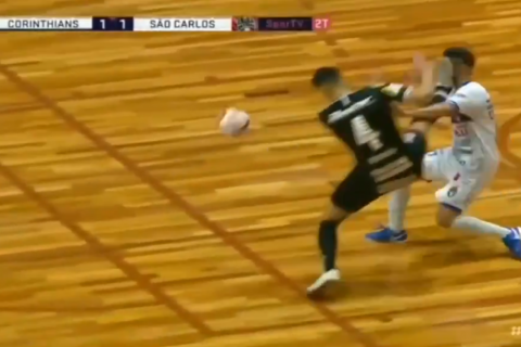 В чемпионате Бразилии по футзалу игрок отправил соперника в глубокий нокаут ударом кунг-фу