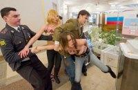 FEMEN пытались украсть урну с бюллетенем Путина