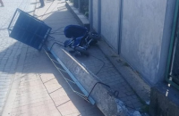 На Закарпатье лесовоз сбил бетонный столб, который упал на коляску с ребенком