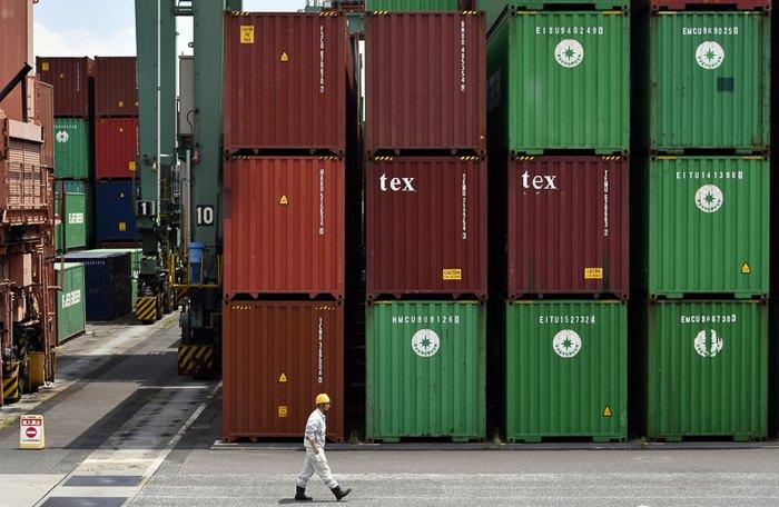 Международный контейнерный терминал Аоми, порт для импорта и экспорта товаров в Токио, Япония, 18 мая 2017.