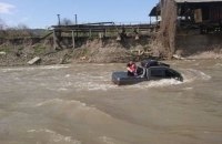 Житель Закарпатья утопил автомобиль во время мойки в речке