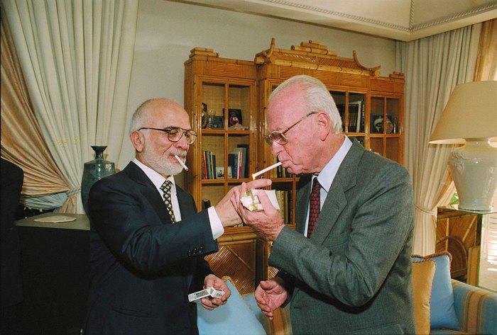 Король Иордании Хуссейн и премьер-министр Израиля Ицхак Рабин после подписания мирного договора 26 октября 1994