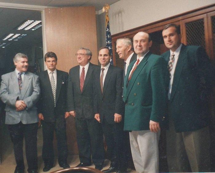 В кабинете Директора ФБР США Луиса Фри (на фото в центре), Вашингтон, 1995 год.