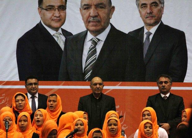 Касим Карзай (в центре)