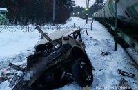 """На околиці Києва """"жигулі"""" попали під поїзд, загинув пасажир автомобіля"""