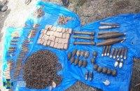 """У Мар'їнці знайшли схрон бойовика """"ДНР"""" із більш ніж 3 тис. набоїв та зброєю"""