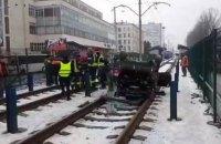 В Киеве стала линия скоростного трамвая из-за автомобиля, вылетевшего на рельсы