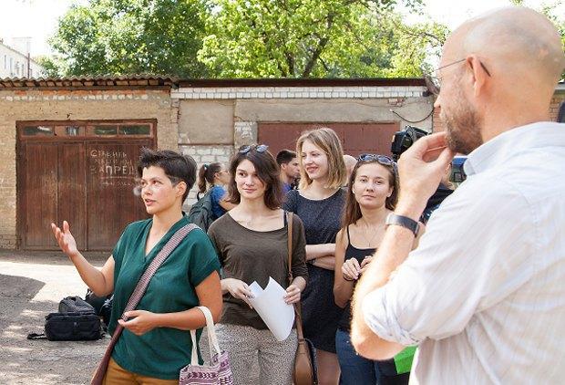 Ірина Сальник (ліворуч) та Олег Дроздов (праворуч) спілкуються з учасниками біля резиденції Слово