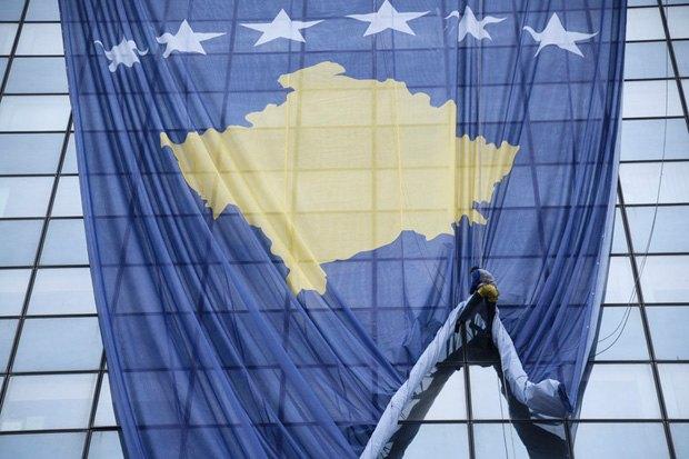 Флаг Косово на здании правительства во время подготовки к празднованию десятой годовщины независимости Косово, Приштина, 14 февраля 2018.