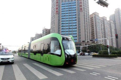 В Китае запустили безрельсовый поезд