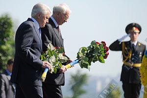 Азаров почтил память героев войны