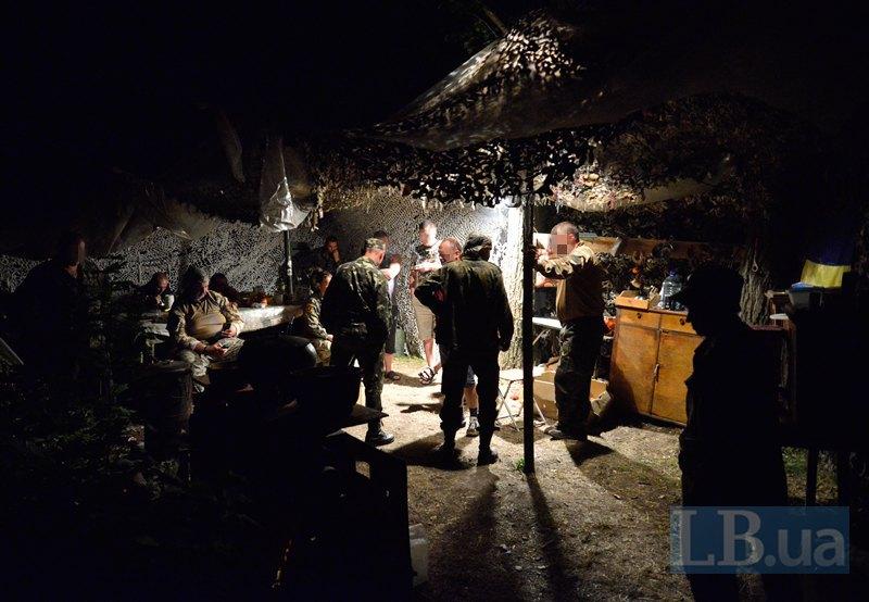 Волонтери в зоні бойових дій - бажані та дуже дорогі гості. Фото зроблене під час візиту волонтерів до 72-ї бригади
