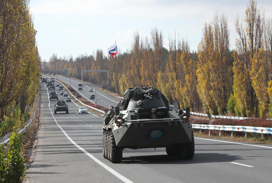 Колонна бронетехники российских миротворцев движется в Нагорный Карабах по трассе Ереван-Севан в Армении, 13 ноября 2020 г.