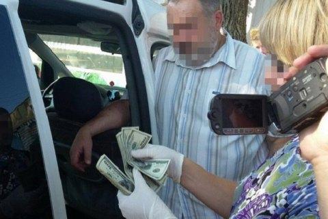 У Рівному декана університету затримали під час одержання $1,4 тис. хабара