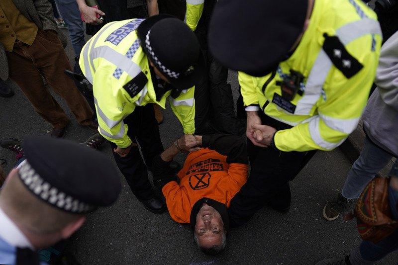 В Британии арестовали больше сотни борцов с изменением климата