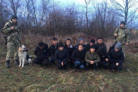 Житель Закарпатья пытался перевести через госграницу 12 вьетнамцев, маскируя их под диких животных