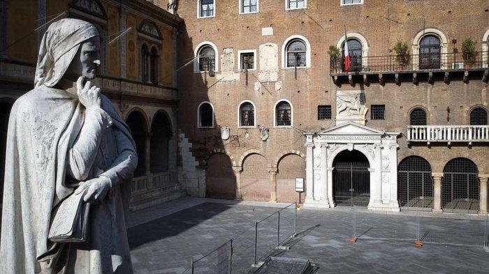 Памятник Данте на пустынной Пьяцца Синьории, Верона, северная Италия, 29 марта 2020.