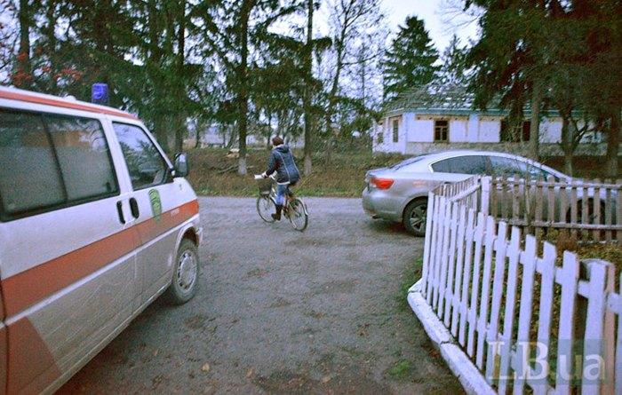 Фельдшер їде з роботу додому на велосипеді