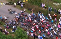 """Уболівальниця з плакатом спровокувала масовий завал на """"Тур де Франс"""""""