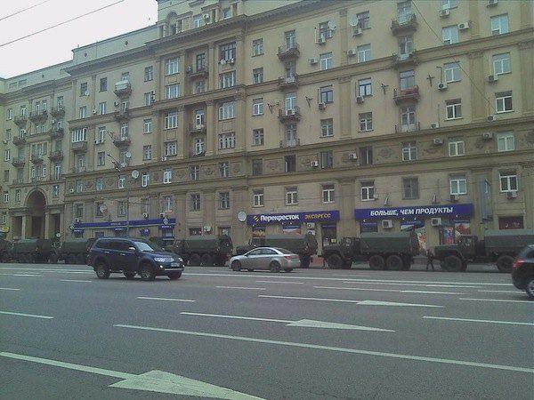 Грузовики, стоящие на Садовом кольце, за три остановки до проспекта Сахарова