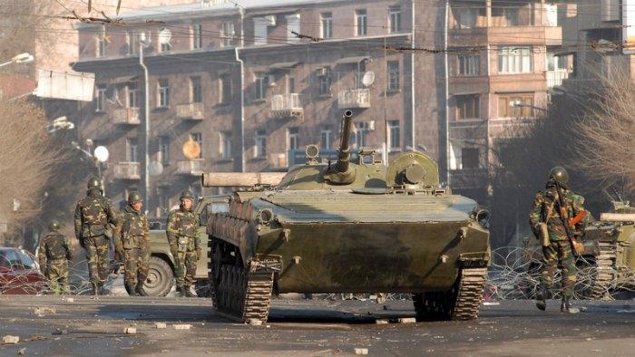 Армянские войска патрулируют улицы Еревана в марте 2008 года после столкновений между полицией и протестующими