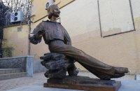 На Андреевском спуске в Киеве установили памятник Гоголю