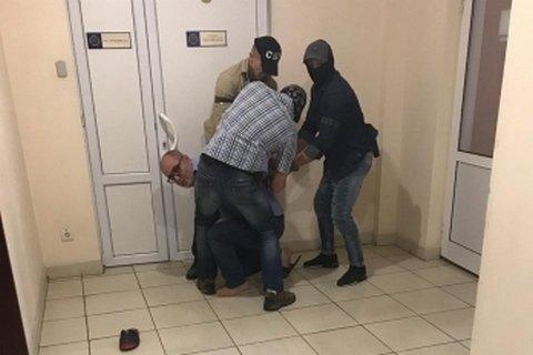 """В здании АМКУ задержали владельца дорожной фирмы """"Полтавабудцентр"""""""
