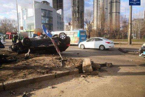 У Києві на Шухевича зіткнулися два легковики, один перекинувся
