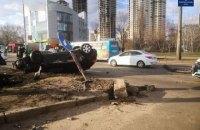 В Киеве на Шухевича столкнулись две легковушки, одна перевернулась