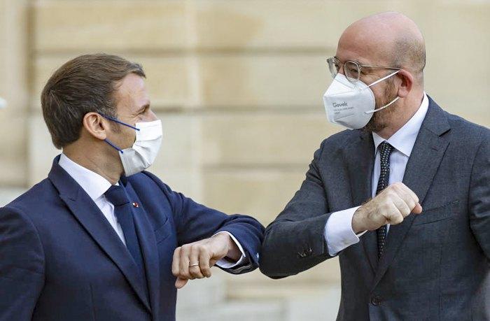 Президент Франції Еммануель Макрон (лiворуч) вітає президента Європейської ради Шарля Мішеля перед відкриттям Форуму миру в Єлисейському палаці, Париж, 12 листопада 2020.