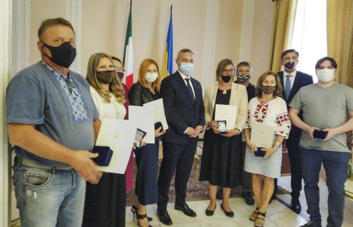 Нагороджені активісти разом з Послом України Ярославом Мельником