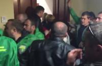 Незадоволені жителі побилися з охороною Київради, намагаючись прорватися на засідання (оновлено)