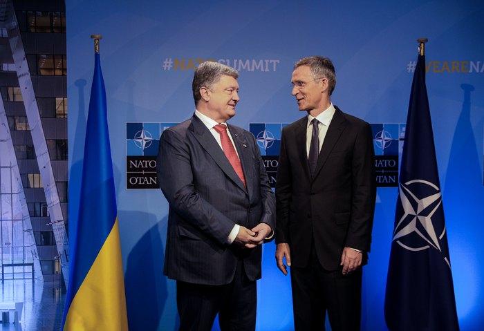 Петр Порошенко и Йенс Столтенберг во время саммита в Брюсселе, 11 июля 2018.