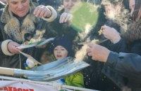 Российских чиновников попросили не кормить людей блинами с лопаты
