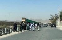 Сотні афганців намагаються полетіти з Кабулу, в місті – порожні вулиці і закриті магазини
