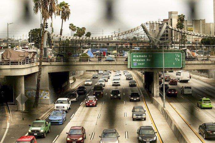 Палатки бездомных стоят на мосту над автострадой 101 в центре Лос-Анджелеса, Калифорния, США, 06 ноября 2020 г.