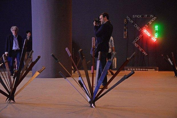 Инсталляции <<Нимфеи>> французского художника Аделя Абдессемеда и <<Еда/Смерть>> американского художника Брюса Наумана