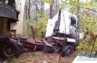 В Киеве грузовик снес несколько деревьев и перекрыл дорогу