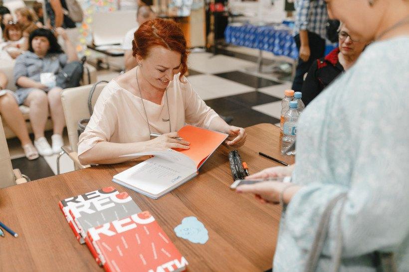 Авторка дитячих книг Таня Стус на автограф-сесії